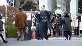 2012年1月8日(日)、平成24年大相撲初場所初日、関取衆場所入りの模様で...