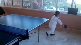 Elif masa tenisi oynuyor.   🎾 ;-) :-D pinponda yeniyiz