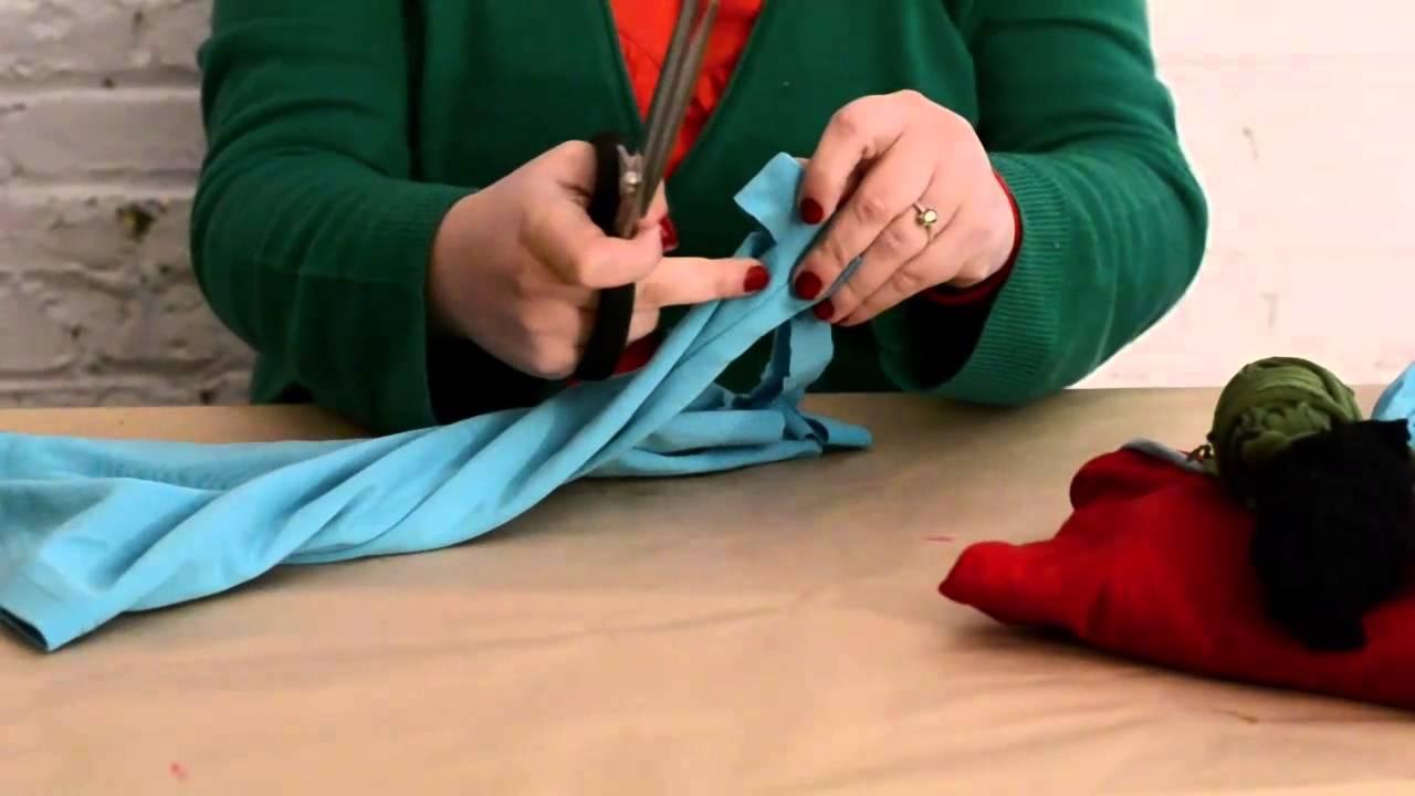15234f8eb8fd5 DIY - Reciclar camiseta para hacer tu propio trapillo - YouTube