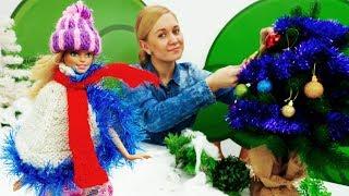 Барби наряжает елку в лесу. Видео для девочек