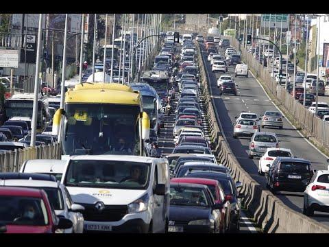 Retenciones y controles policiales tras entrar en vigor a las 15:00 horas las nuevas restricciones en las ciudades gallegas.