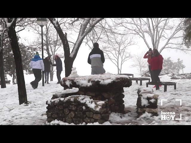 VÍDEO: La nevada en la Subbética anima a muchas personas a disfrutar de la nieve durante el fin de semana
