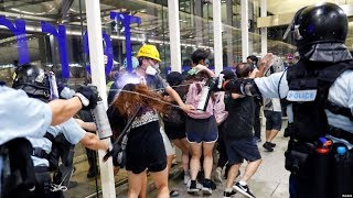 香港防暴警察进入国际机场