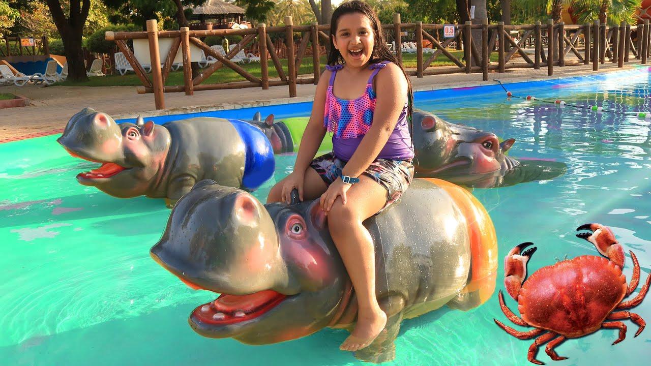 شفا و المرايا السحرية في الحديقة المائية !! Shfa fun at watre park