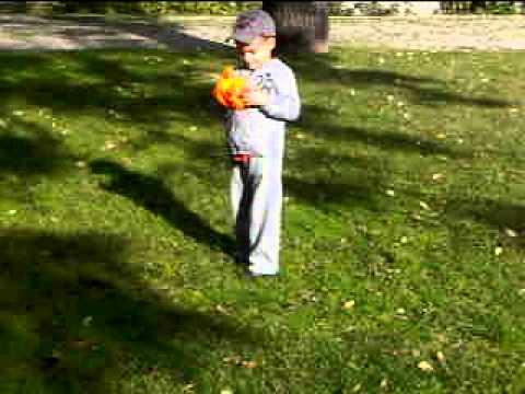 pedrinho tenta mandar a bola