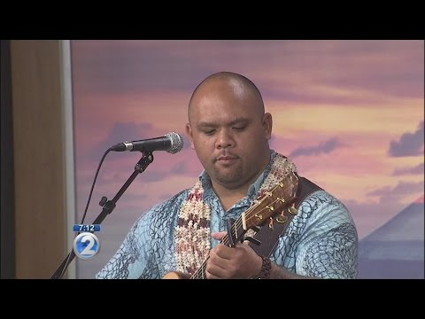 Kuana Torres Kahele honors lei in a concert at Hawaii Theater (2)