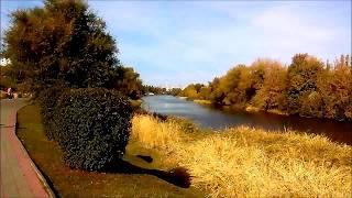 Осенний солнечный день, набережная в Тамбове, канал реки Цны.