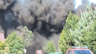 Straż pożarna w akcji. Pożar hali produkcyjnej w Borkowie. Płonie fabryka plastikowych opakowań