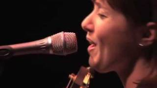 "Suzanne Vega- ""Marlene on the Wall"" Live in London."