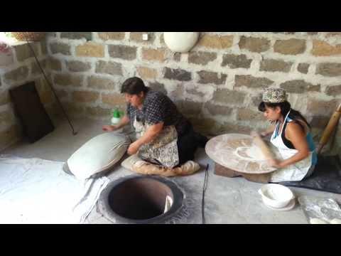 Horneando Lavash En Garni