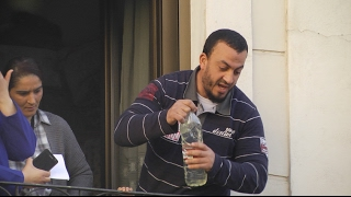 Un hombre amenaza con prenderse fuego si desalojan a su familia