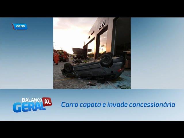 Carro capota e invade concessionária na Avenida Durval de Góes Monteiro