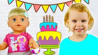 Беби Бон куклы и девочка Ника отмечают день рождение.  Ника готовит тортик как мама