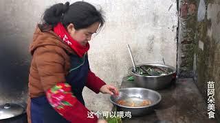 苗大姐五花肉、胡萝卜、西红柿炖一锅,米饭泡汤咔嚓吃,好吃受不了