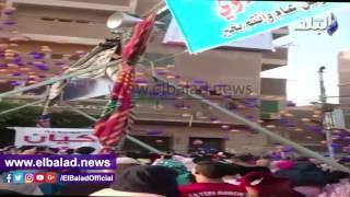 شباب يوزعون 3 آلاف «بلونة» أمام استاد شبين الكوم «فيديو وصور»