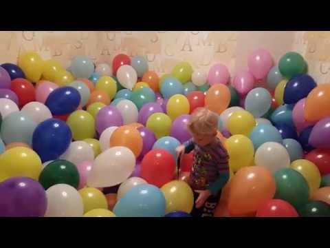 Дети лопают 1000 шариков. Комната наполнена разноцветными шарами