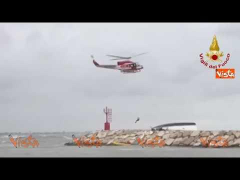 Barca si schianta sugli scogli a Rimini, le operazioni di soccorso