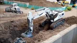 LIEBHERR R960 SME digging out a big stone