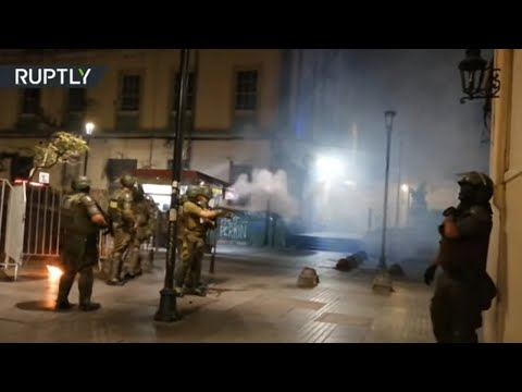 Clashes erupt between anti-govt protesters & police in Chile