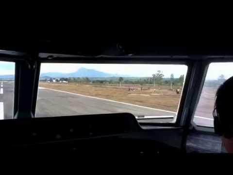 Transnusa Fokker 50 landing di gunung atambua.