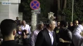 بالفيديو : لحظة وصول أبناء محمود عبد العزيز في عزاء والدة شريف وعمرو عرفه