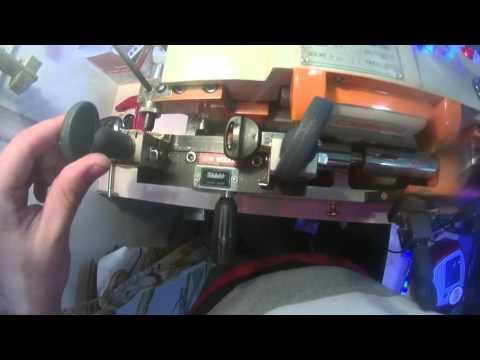 видео: изготовление ключа от иномарки