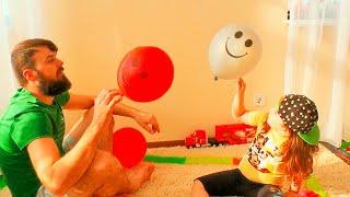 Давид и папа играют с Цветными шариками (0+)