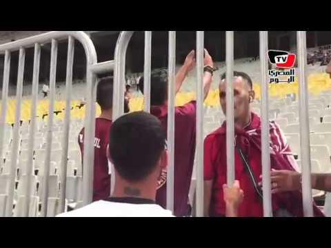 المصري اليوم:لاعب النجمة اللبنانية يلتقط السيلفي مع الجماهير خلف الأسوار ببرج العرب