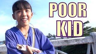 Giving $100 to a poor Vietnamese kid in Can Tho. Phát 2 triệu đồng cho bé ở Cái Răng.