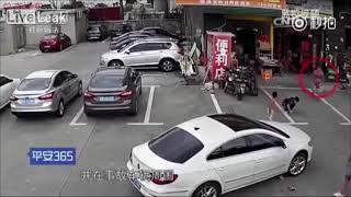 遊んでいる子供をゴリゴリと轢く中国人女.