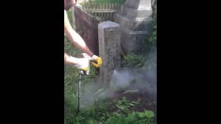 Mytí řas ze žulového sloupku