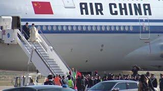 Italia-Cina, Xi Jinping arriva a Palermo: scende dall'aereo insieme alla first lady
