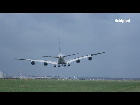 Vliegtuigen landen op stormachtig Schiphol