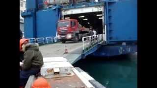 Перевозка негабаритных грузов - трейлер с седельным тягачом съезжает с парома