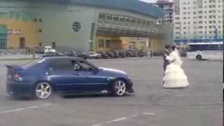 А вам слабо!Дрифт на свадьбе (молодожены тоже гонщики)
