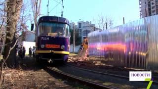 В Одессе установили забор, который «толкает» под трамвай