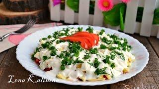 Слоеный салат с помидорами, сыром и яйцом