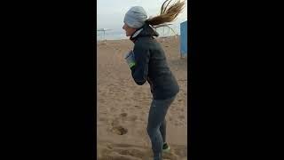 Специальные беговые упражнения на пляже озера Иссык-Куль. Высота 1610 метров