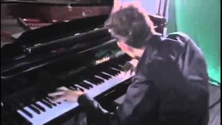 Пианист рекордсмен Бэнс Питер играет Майкла Джексона