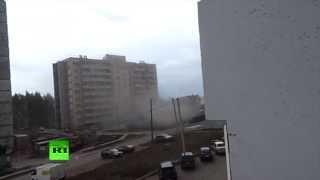 На жилой дом в Кирове упал кран(26 мая на улице Ленина в Кирове на жилой дом упал башенный кран, проломив балконы с девятого по первый этаж...., 2013-05-27T08:00:19.000Z)