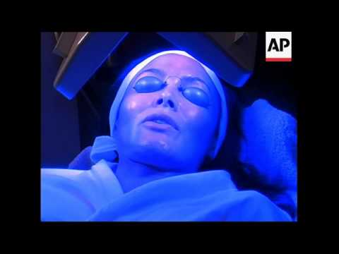 Blue and red light therapy a hit in Hollywood