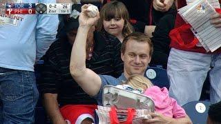 【奇跡】子供とホットドッグを抱えた男、特大ファウルボールを素手キャッチ!