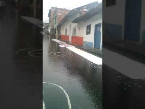 Jóvenes dé San Andrés de Cuerquia se divierten después del aguacero septiembre 2017