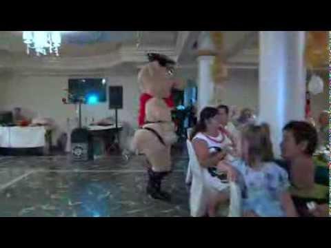 Свинка танцует стриптиз