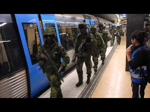 Livgardet åker tunnelbana / Swedish Life Guards on metro exercise