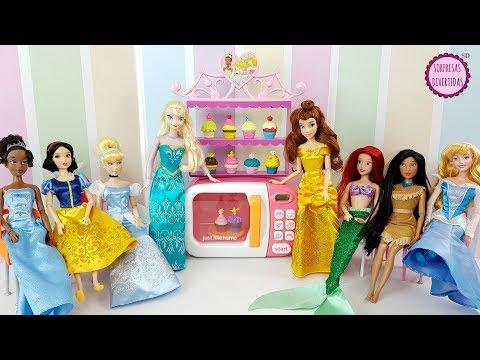 Princesas Disney en una Fiesta de Cupcakes Juguetes con las muñecas de Elsa, Bella, Ariel y más