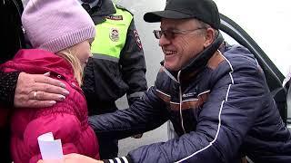 Юные инспекторы движения поздравили водителей с Днем автомобилиста