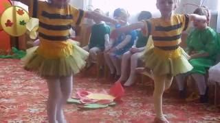 Танец пчёлок; Дети танцуют, поют; Праздник в детском саду(Еще одно выступление на празднике в детском саду. Посмотрите, какие замечательные пчёлки танцуют! Напишите,..., 2016-06-12T17:33:52.000Z)