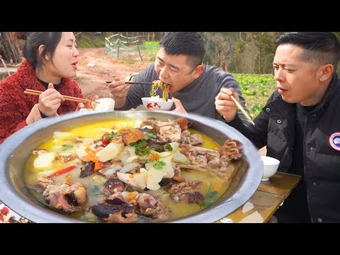 """sichuan-bacon-trotters,-made-""""wild-yam-stew-trotters"""",-eating-meat-in-large-chunks,-really-fun!"""