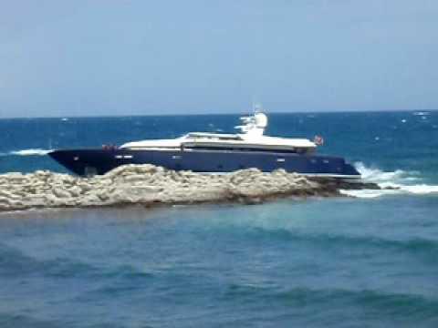 yacht PARI on the rocks